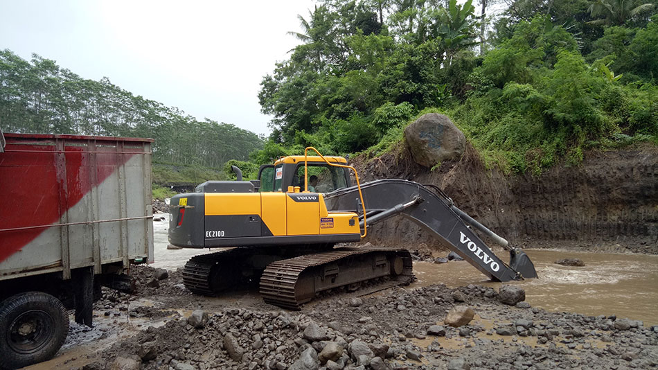 Volvo EC210D helps stabilize Java river damaged by Mount Merapi volcano